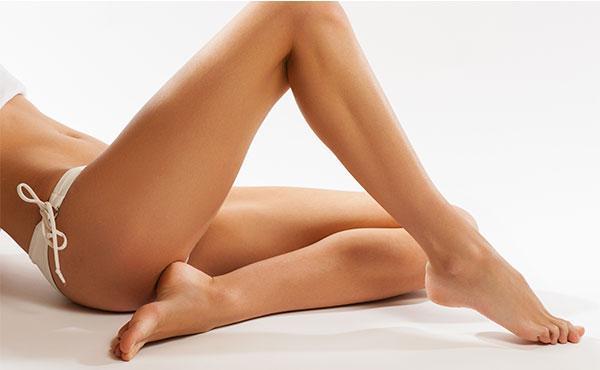 Успокаивающая термальная вода - ноги девушки после эпиляции
